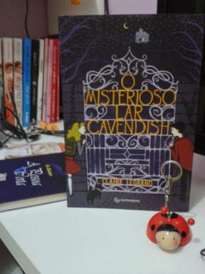 """Entre Chocolates & Músicas: """"'O Misterioso Lar Cavendish' deve ser lido por todos que gostam de um enredo leve mas envolvente"""""""